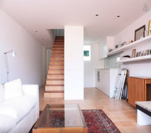 Foto 6 (Vista escalera salon cocina piso inferior)